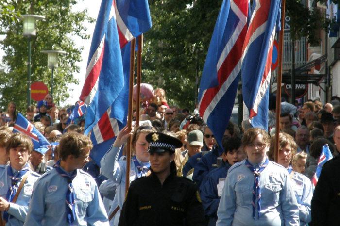 """La Revolución Islandesa y el colapso económico (tour de autor) Privado en castellano <h5 style=""""font-size: 17px; line-height: 2.1rem; background-color: #d02836; color: #ffffff; display: inline-block;""""> 650€ PRECIO FIJO (1 a 4 pers.) </h5></br>"""