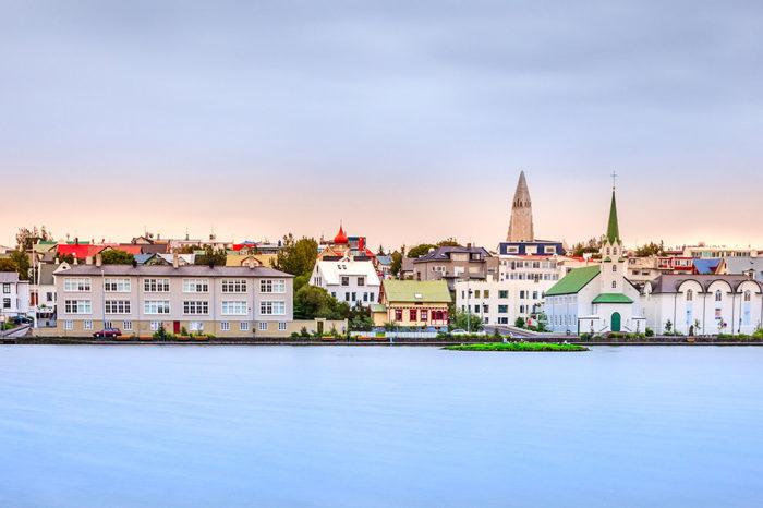 """Escapada Luxury. Vive Islandia al máximo en pocos días.<h5 style=""""font-size: 17px; line-height: 2.1rem; background-color: #d02836; color: #ffffff; display: inline-block;""""> Con guía privado en español </h5></br>"""