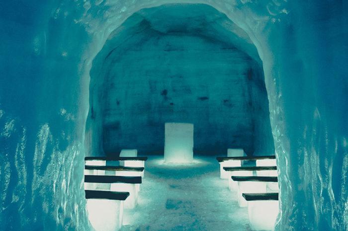"""Dentro de la cueva de hielo con audioguía en castellano. </h5> <h5 style=""""font-size: 17px; line-height: 2.1rem; background-color: #d02836; color: #ffffff; display: inline-block;""""> desde 235€ </h5></br>"""