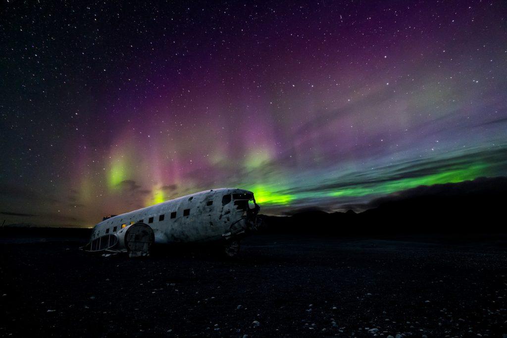 Las auroras boreales en el Solhéimasanður Plane Wreck