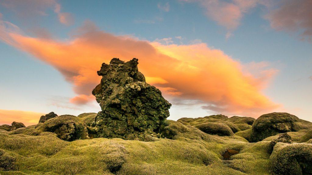 En Verano, podemos ver los campos verdes en Islandia